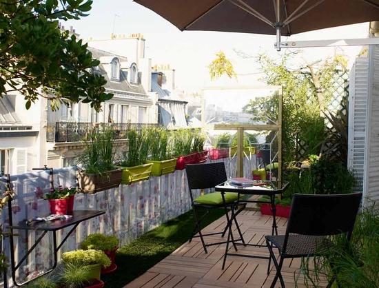 sichtschutz-balkon-balkonpflanzen-sonnenschirm-geländer